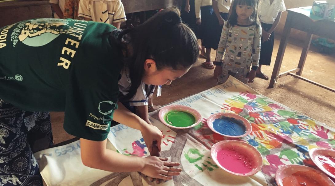 カンボジアの学校で図画工作をサポートする日本人チャイルドケアボランティア